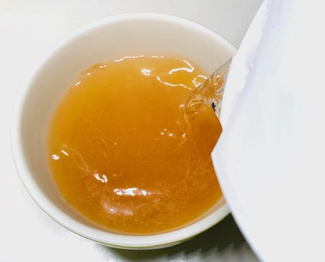 オニオンスープにお湯を注ぐ
