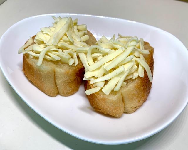 フランスパンにチーズをのせる